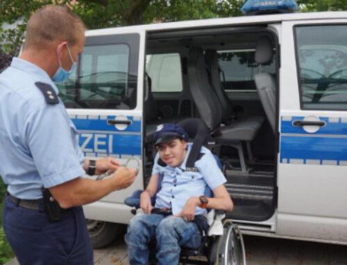 Dennis im Polizeiauto